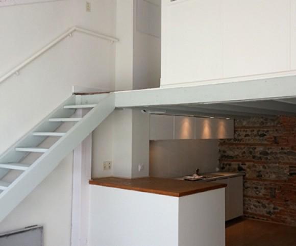 Salon, cuisine, mezzanine rénovés